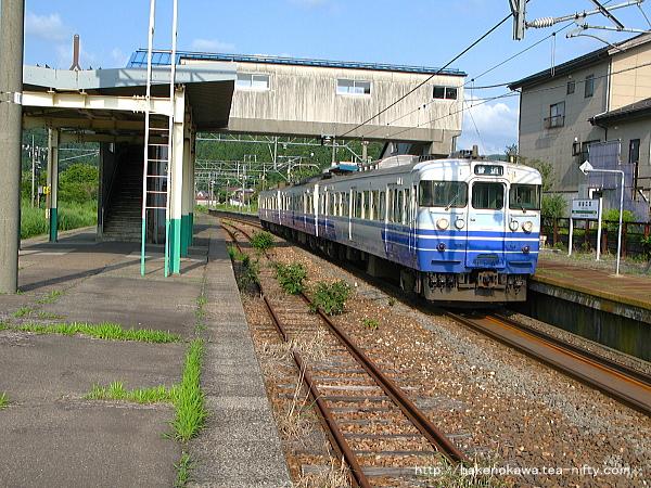 越後広田駅に停車中の115系電車