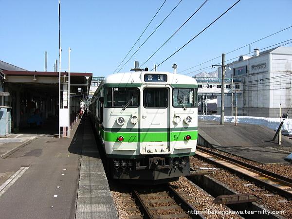 越後中里駅1番ホームに停車中の115系電車その1