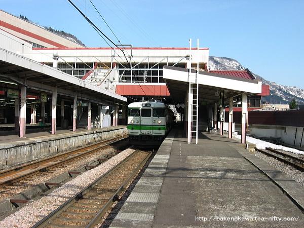 越後湯沢駅に停車中の115系電車その2