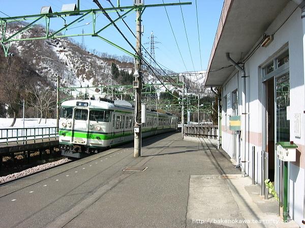 岩原スキー場前駅に到着する115系電車