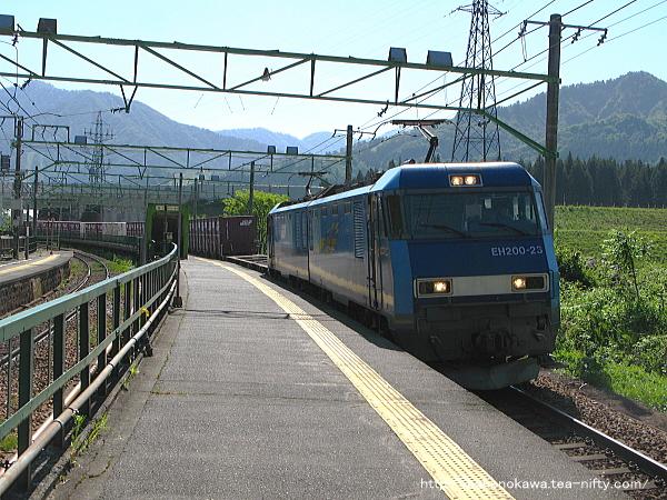 岩原スキー場前駅に進入したEH200形電気機関車牽引の貨物列車