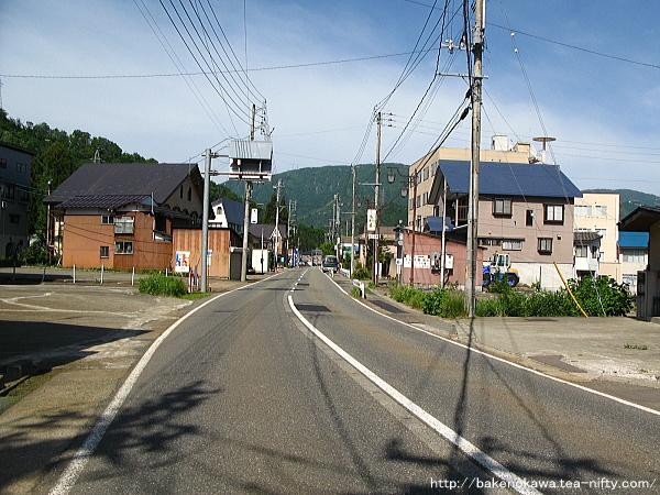 岩原スキー場前駅至近の県道その2