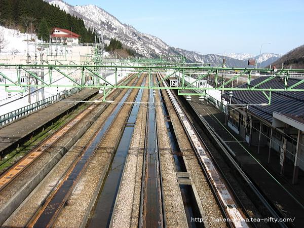 跨線橋から見た土樽駅構内その1