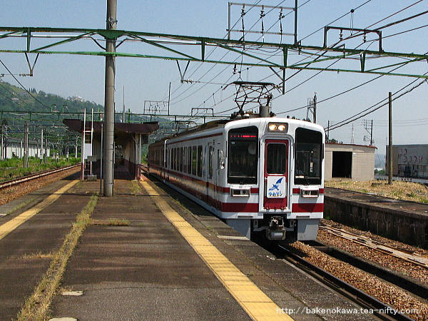 石打駅を通過するHK100形「ゆめぞら号」