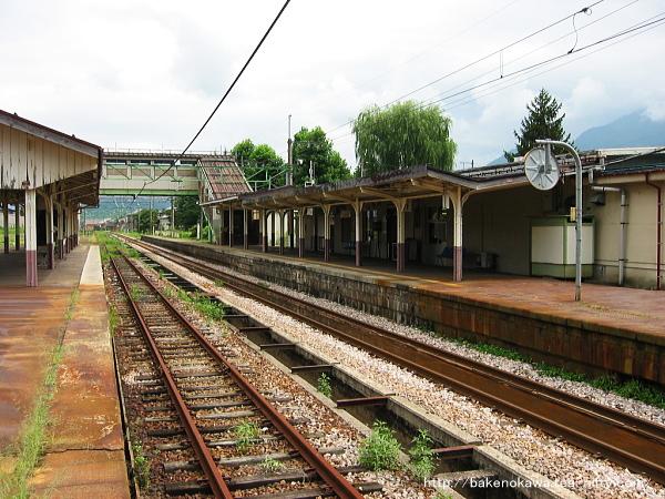 島式ホームから見た旧駅舎