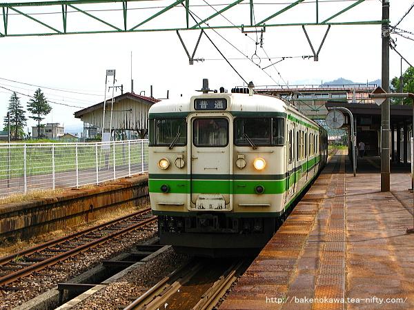 塩沢駅を出発する115系電車