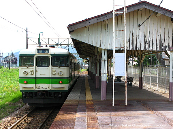 塩沢駅に停車中の115系電車