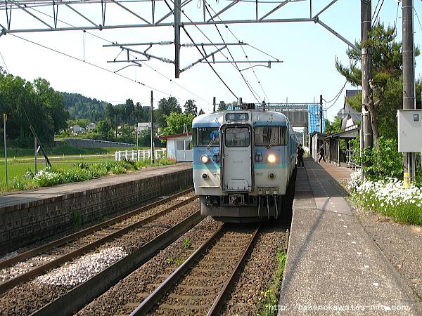 越後岩塚駅に停車中の115系電車