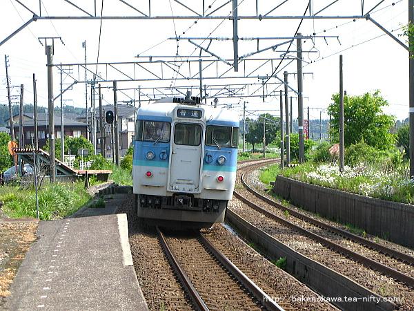 越後岩塚駅を出発した115系電車
