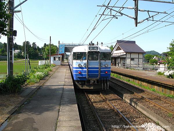 越後岩塚駅を出発する115系電車