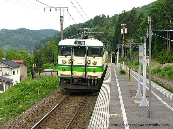 長鳥駅に停車中の115系電車