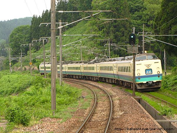 長鳥駅に進入する485系電車特急「北越」