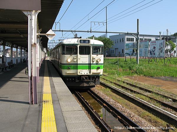 小千谷駅に到着した115系電車