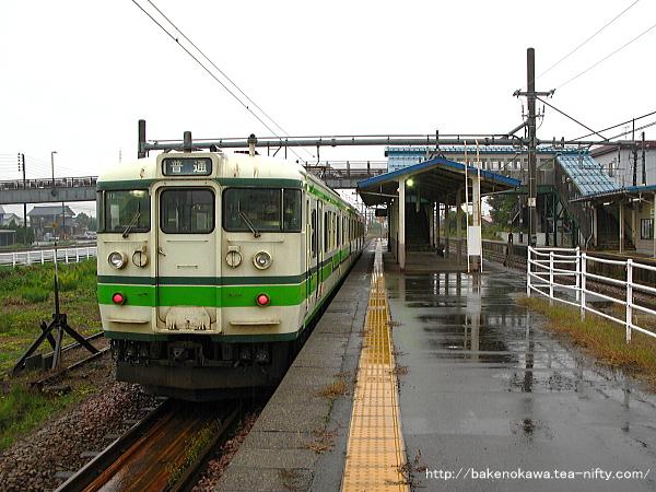 越後滝谷駅に停車中の115系電車