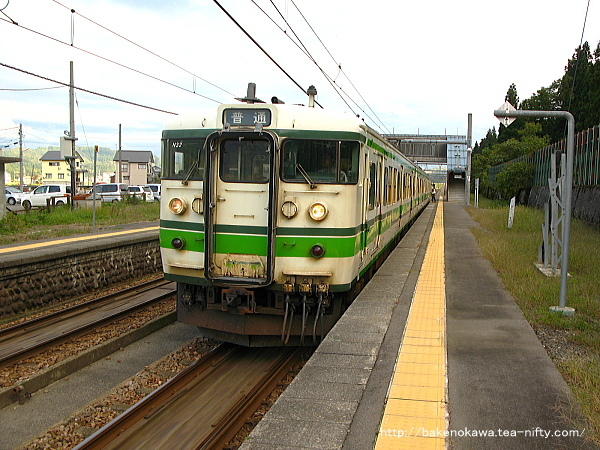 北堀之内駅に到着した115系電車