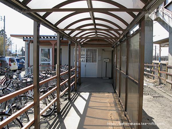 駅舎から跨線橋への通路
