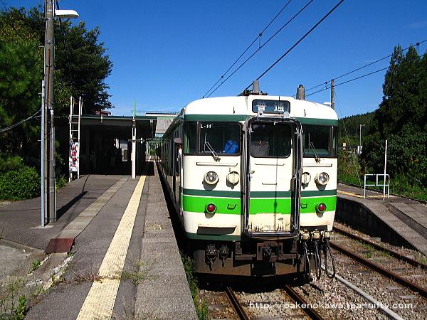 出雲崎駅に到着した115系電車