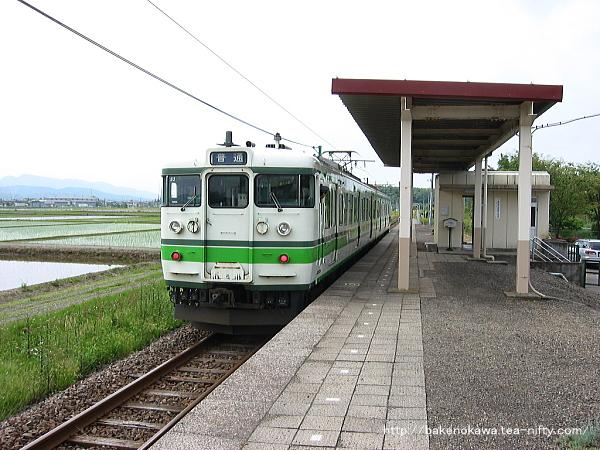 荒浜駅に到着した115系電車
