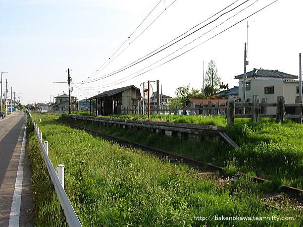 路上から見た味方中学前駅