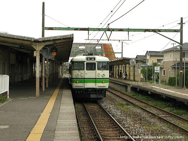 越後曽根駅で待機中の115系電車