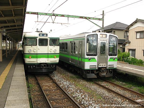 越後曽根駅で列車交換する115系電車とE127系電車