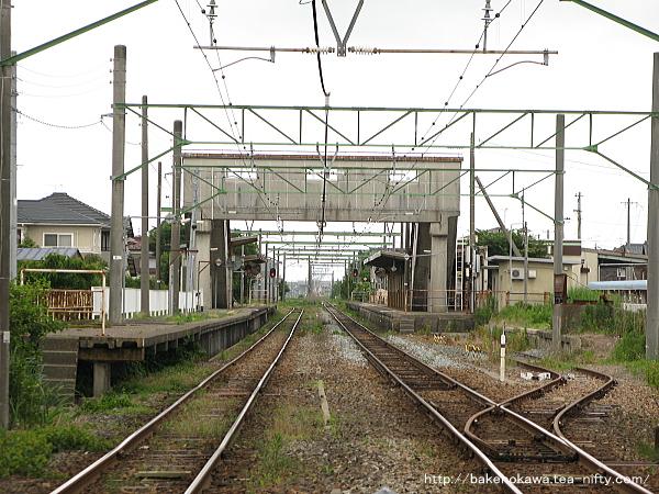 踏切から見た越後曽根駅構内