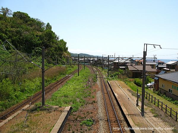 跨線橋上から間島駅方面を見る