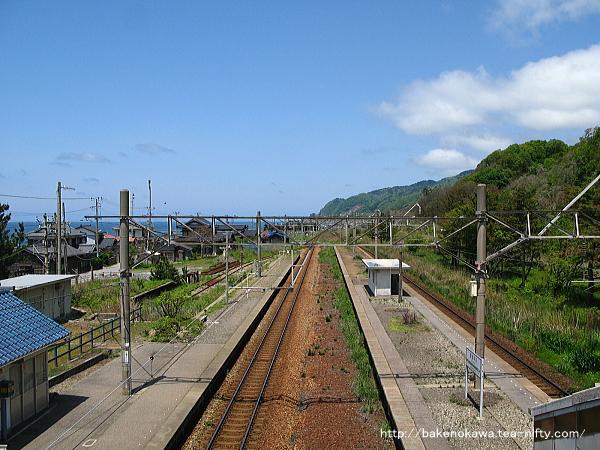 跨線橋上から桑川駅方面を見る