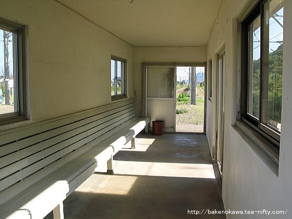 島式ホーム上の待合室内部の様子