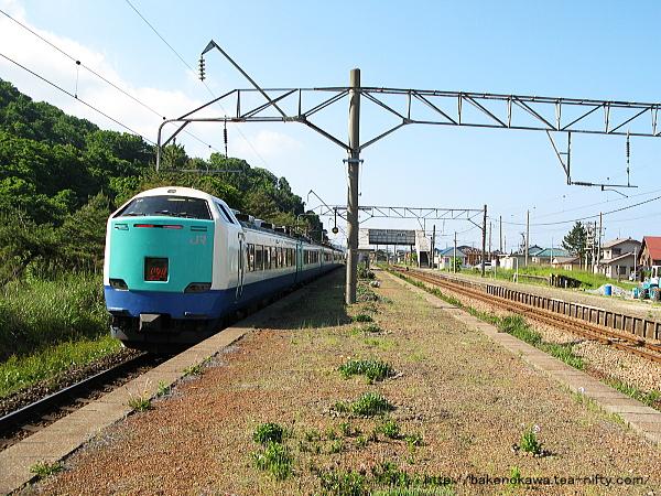 越後早川駅を通過する485系電車特急「いなほ」その一