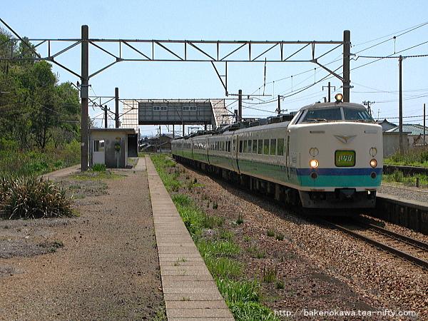 越後早川駅を通過する485系電車特急「いなほ」その二
