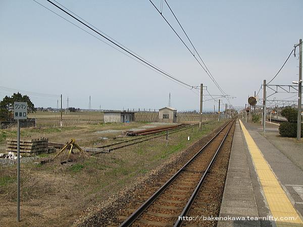 島式ホームの左横の旧貨物引込線らしき線路