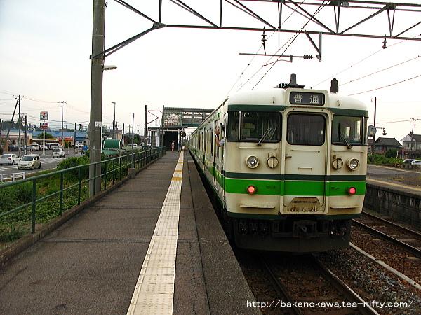 金塚駅に到着した115系電車