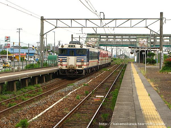 金塚駅に到着したキハ40系気動車新津行