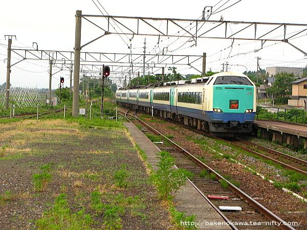 金塚駅に進入する485系電車特急「いなほ」