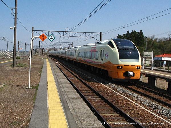 金塚駅を通過するE653系電車の特急「いなほ」