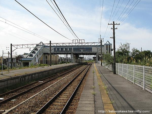 新崎駅の1番ホームその2