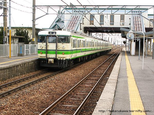 新崎駅に停車中の115系電車