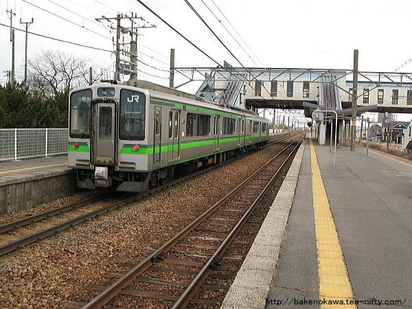 E127系電車が新崎駅に停車中