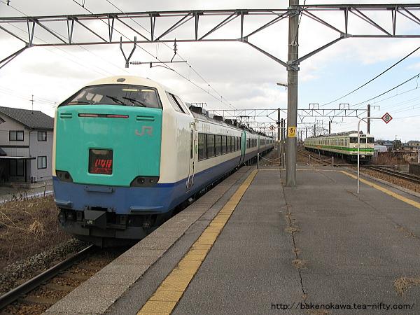 新崎駅を通過する485系電車特急「いなほ」その2