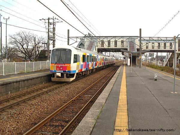 新崎駅を通過する快速「きらきらうえつ」