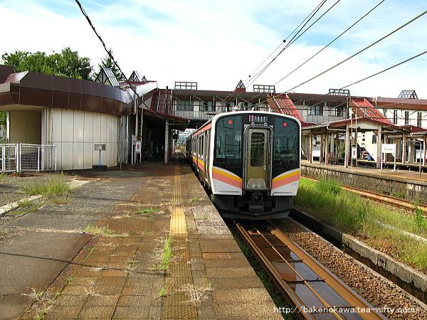 宮内駅に到着したE129系電車