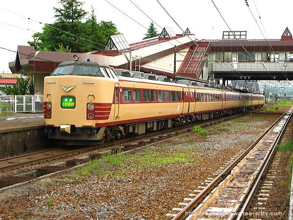 宮内駅に停車中の485系電車快速「くびき野」