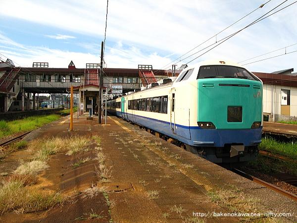 宮内駅を出発する485系電車快速