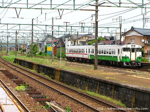 宮内駅を通過するキハ40系気動車
