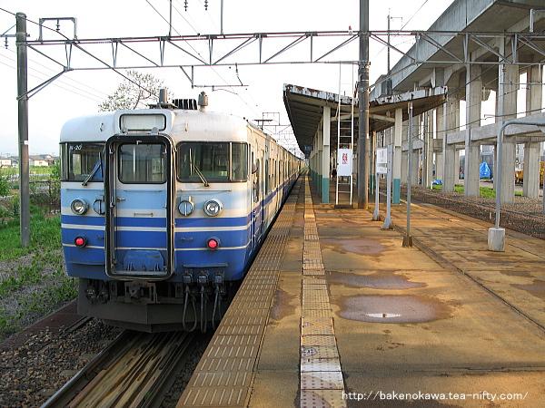北長岡駅に停車中の115系電車
