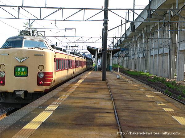 北長岡駅を通過する485系電車快速「くびき野」