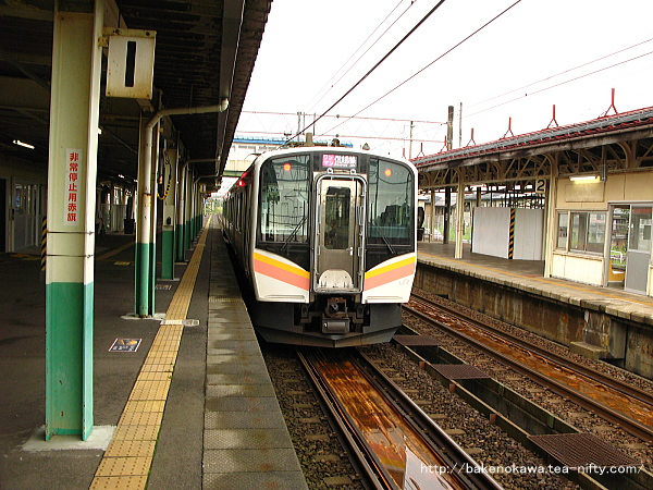 来迎寺駅を出発するE129系電車