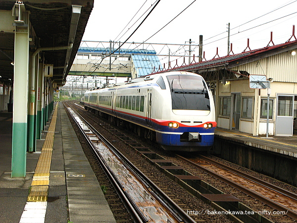 来迎寺駅に到着したE653系電車快速「おはよう信越」