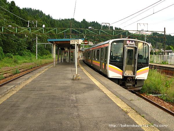 越後川口駅を出発するE129系電車